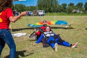 Activiteit: Stichting Buddies - Tussen Hemel en Aarde Parachute Sprong